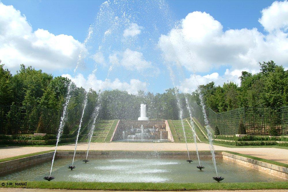Vip Pass VersaillesÉcourtez au maximum le délai d'attente avec un horaire réservé, une entrée facilitée et visitez le Château, les jardins et le Trianon avec un audioguide exclusif.