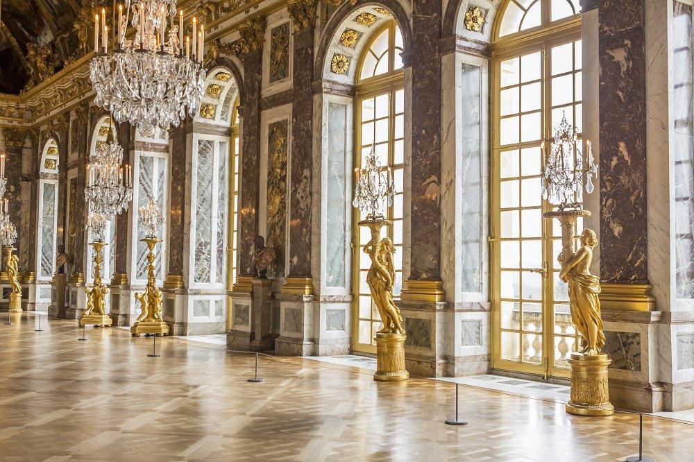 Visite guidée Château de VersaillesBénéficiez d'un horaire réservé et un accès privilégié.Découvrezles Grands Appartements du Roi et l'époustouflante Galerie des Glacesavec un guide professionnel