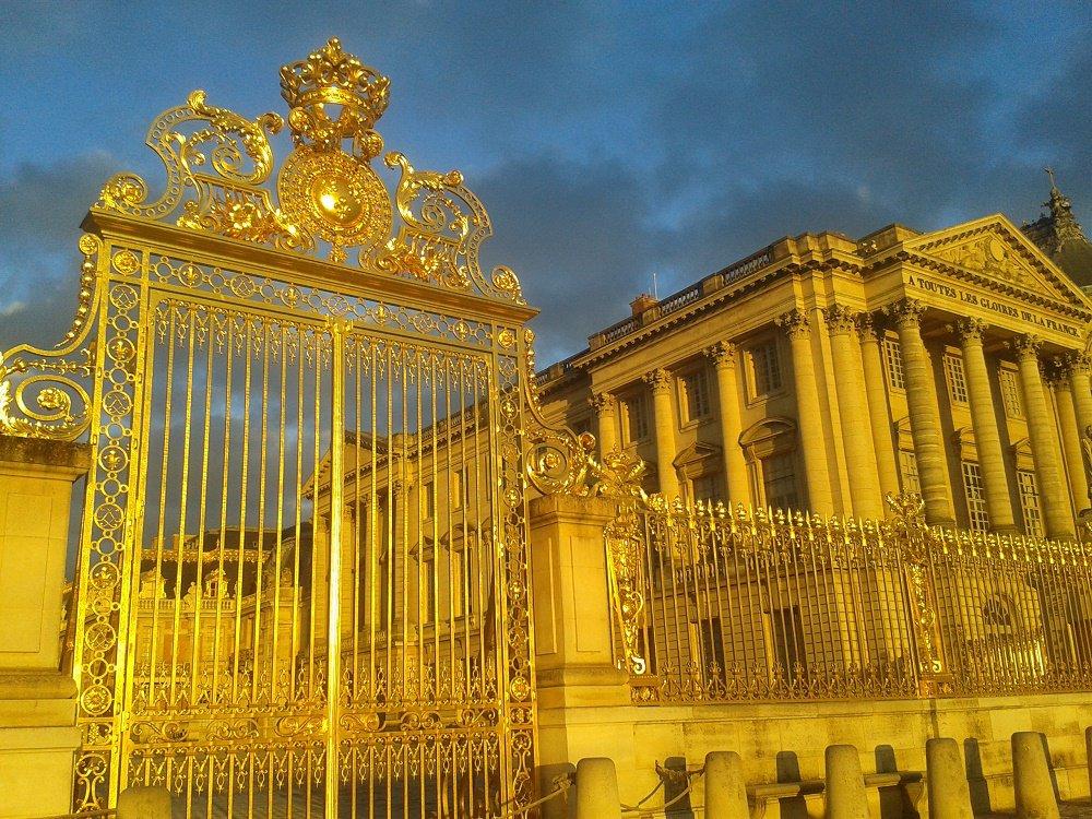 Billet Passeport VersaillesCe billet d'entrée vous donne accès aux trois principaux circuits de visite (Château de Versailles, jardins et Domaine de Marie-Antoinette) et également aux expositions temporaires.